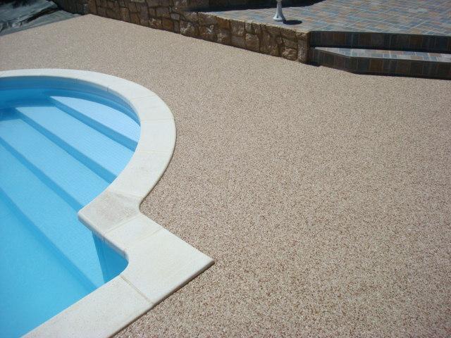 bretagne résine: revêtement moquette de pierre -piscine- particulier